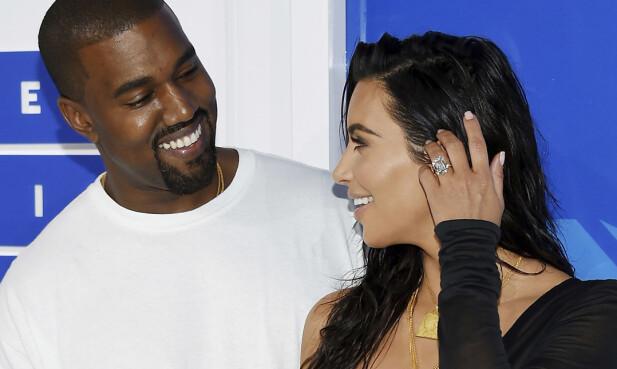 HASTET TIL KANYES SYKESENG: Kim Kardashian skal ha kastet seg på første fly til Los Angeles for å støtte ektemannen.