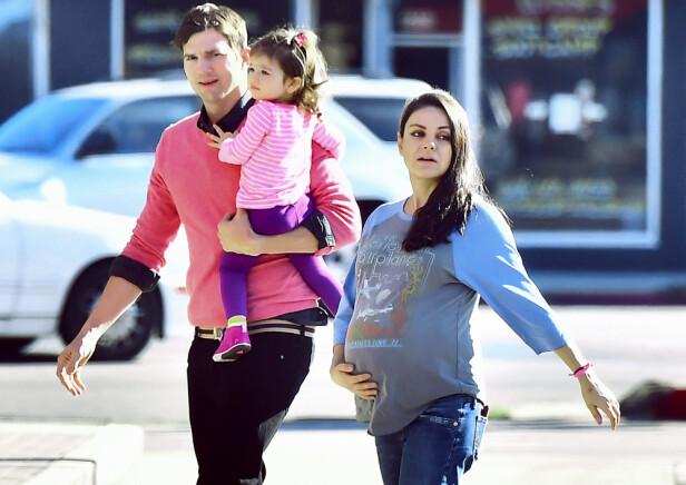 <strong>TRE BLIR FIRE:</strong> Milas termin er like rundt hjørnet. Her er paret på spasertur med datteren Wyatt. Foto: Scanpix.