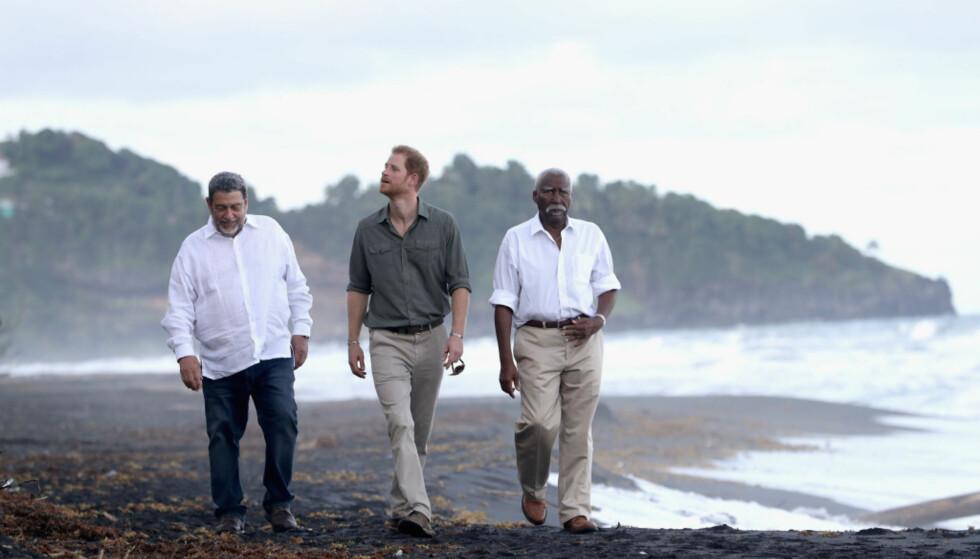 PÅ KARIBISK BESØK: Prins Harry beundrer naturen på St. Vincent sammen med øyas statsminister Ralph Gonsalves og guvernør sir Frederick Ballantyne. Foto: NTB scanpix