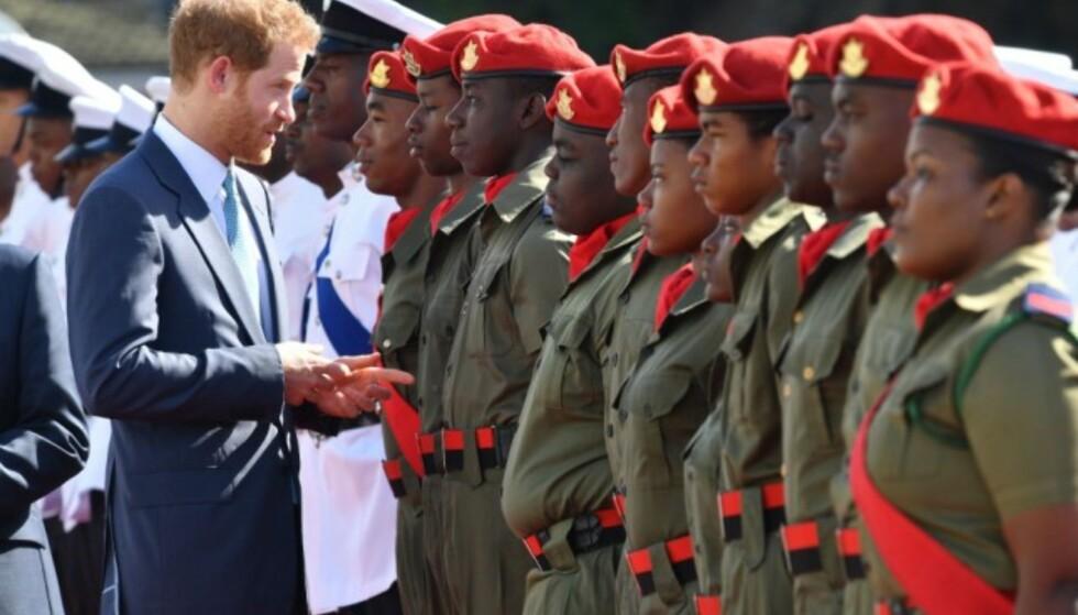 ÆRESVAKT: Prins Harry inspiserer æresvakten under sin ankomst til St. Vincent. Foto: NTB scanpix