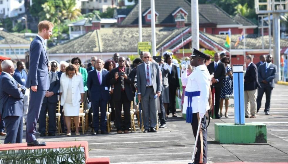 PINLIG OVERRASKELSE: Flere britiske politikere raser mot at prins Harry ble nødt til å hedre Cubas avdøde leder Fidel Castro under sitt besøk til St. Vincent. Dette bildet er fra en tidligere del av besøket. Foto: NTB scanpix