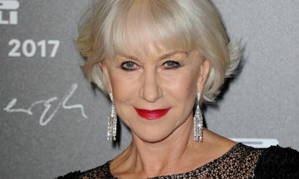 KALENDERAKTUELL: Helen Mirren (71) har bevist at alder ikke er noen hindring for å være blant de største navnene i filmbransjen. Her er hun på lanseringen av Pirelli-kalenderen utenfor Paris tirsdag. Foto: Alban Wyters / ABACAPRESS / NTB Scanpix
