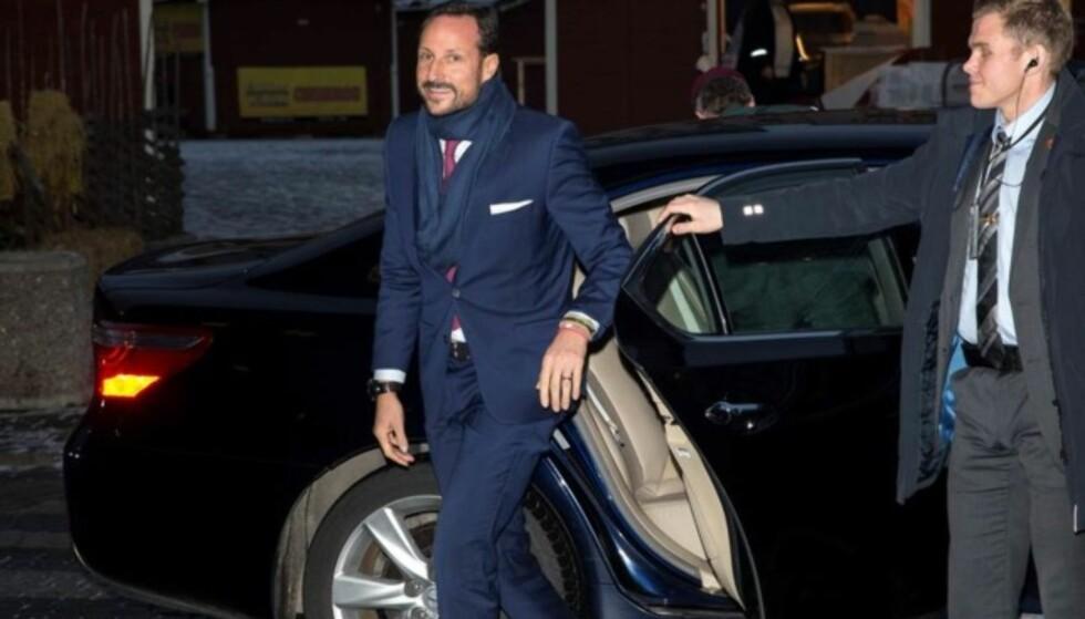 I GODT HUMØR: Kronprins Haakon var forsinket til seminaråpningen, men smilte til pressen da han ankom. Foto: Andreas Fadum / Se og Hør