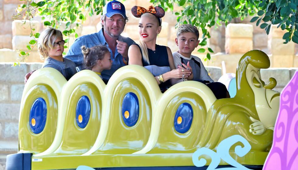 <strong>RESERVEFAR:</strong> Blake har ingen barn selv, men ser ut til å elske livet som reservepappa for Gwens tre sønner. Her koser de seg sammen i Disneyland. Foto: NTB Scanpix.