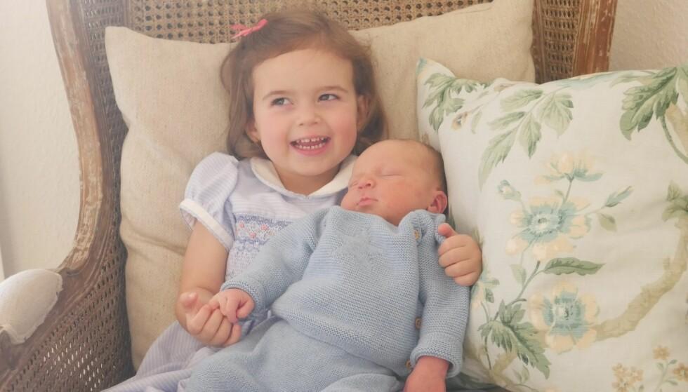 LEKEKAMERAT: Prinsesse Amalia ser nok frem til mange muntre stunder med sin nye lillebror. Foto Scanpix