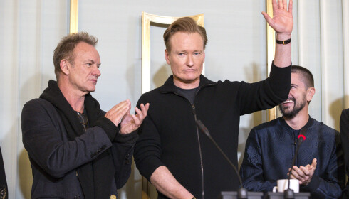 NOBELVERT: Conan O'Brien avbildet sammen med Sting (t.v.) på pressekonferansen. Foto: Andreas Fadum / Se og Hør