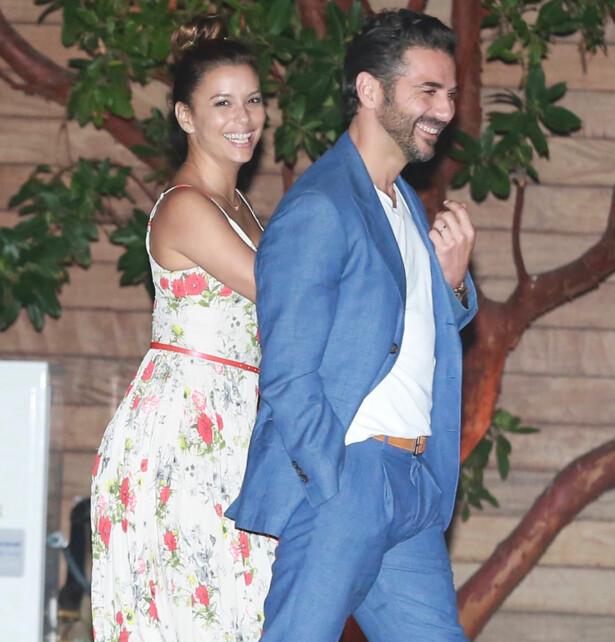 GLØDER: Her er det lykkelige paret på vei inn til den populære restauranten Nobu i Malibu. Foto: NTB Scanpix.