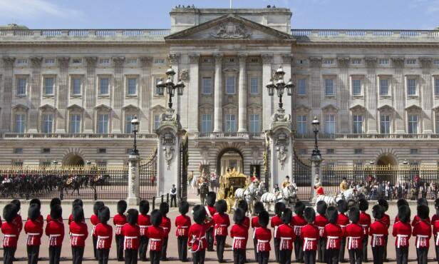 GIKK TUR: Den britiske dronningen skal ha som vane å gå kveldsturer rundt på Buckingham Palace, men en kveld gikk det nesten galt. Bildet er tatt i forbinndelse med en seremoni der dronningen og prins Philip forlot palasset i en kortesje i 2015. Foto: AFP PHOTO / JUSTIN TALLIS, NTB scanpix