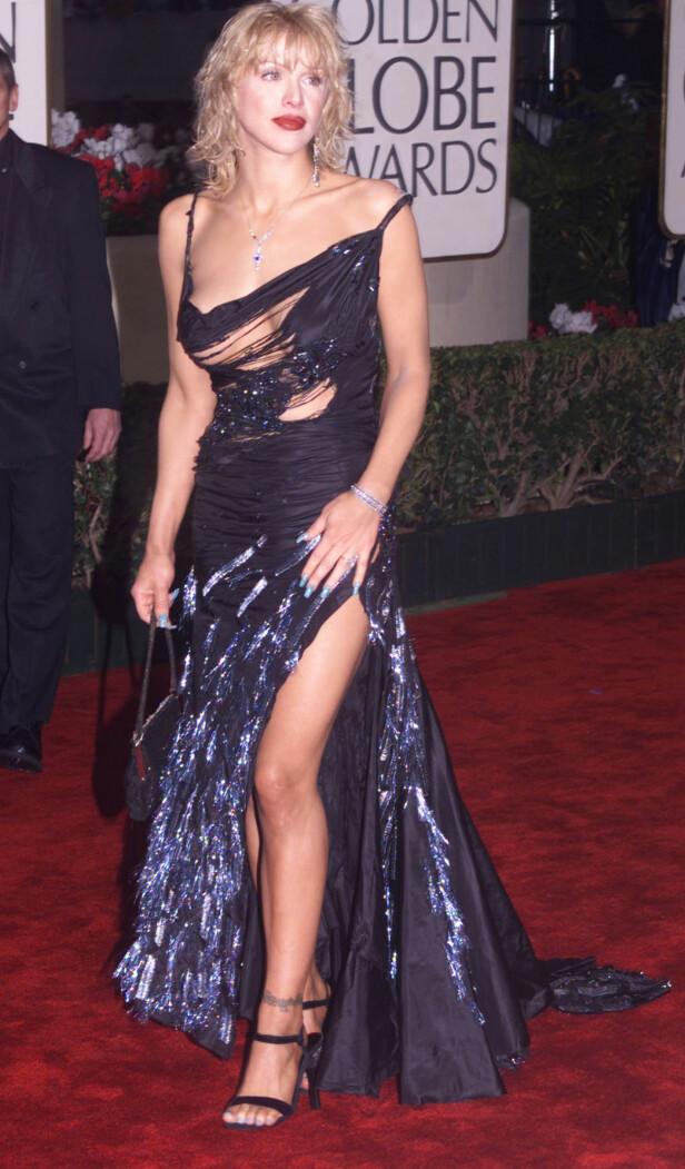 <strong>FIKK SLAKT:</strong> I 1999 dukket Courtney Love opp i denne hullete John Galliano-kjolen som sørget for at hun havnet på en rekke lister over Golden Globes verst kledde dagen derpå. FOTO: &nbsp;Photo by Rose Prouser/ REUTERS