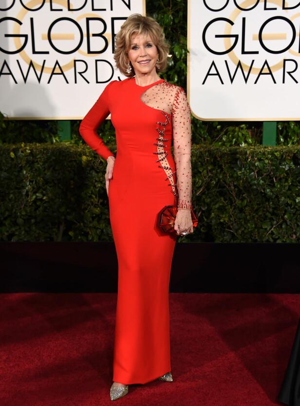 <strong>SPESIELL KJOLE:</strong> Trimdronningen Jane Fonda fikk mye oppmerksomhet da hun dukket opp i denne merkelige kreasjonen av en kjole under Golden Globes i 2015. FOTO: AP