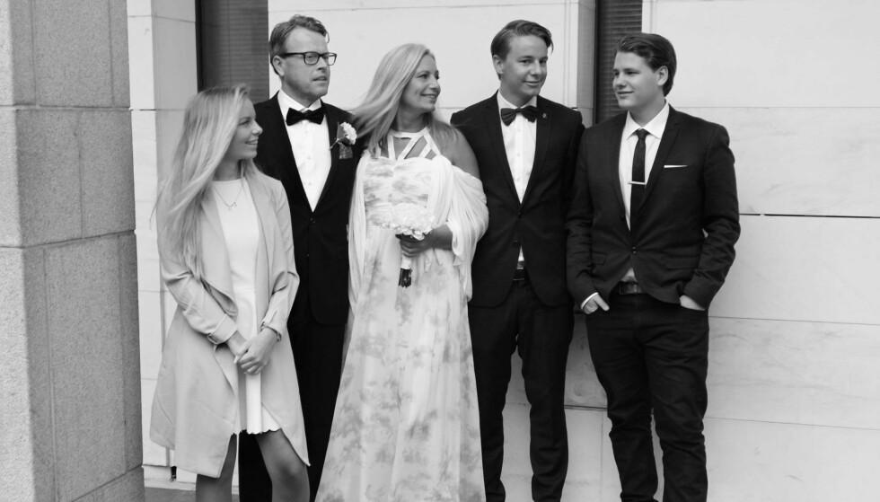 HELE FAMILIEN: Det har vært en travel periode for familien på fem når Ingvill og Johanna deltok på «Sommerhytta». Foto: Privat