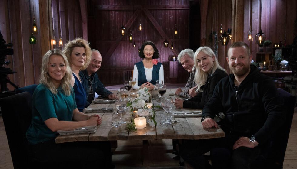 BLE RØRT: Margaret Berger (i midten på høyre side av bordet) legger ikke skjul på at innspillingen av «Hver gang vi møtes» ble en sterk opplevelse for henne. Foto: TV 2.