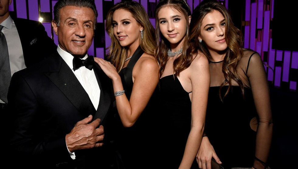 ÆREFULLT OPPDRAG: Døtrene til Sylvester Stallone, Scarlet, Sophia og Sistine, var alle Miss Golden Globe i år. Her er de med faren sin på en etterfest natt til mandag. Foto: Matt Winkelmeyer / Getty Images for InStyle / AFP / NTB Scanpix