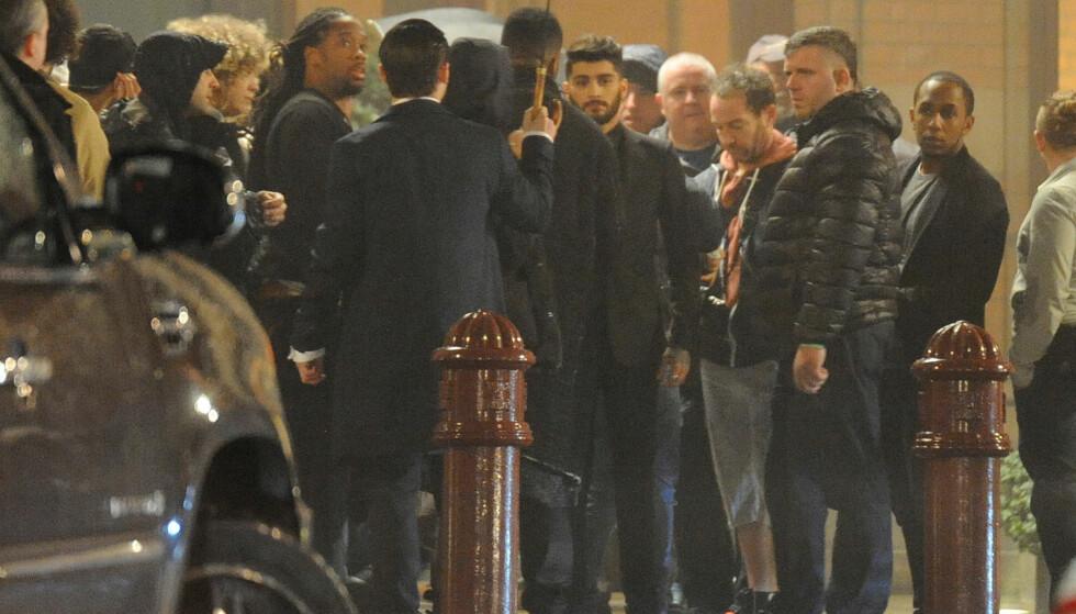 LONDON: Zayn ble observert utenfor hotellet St Pancras Renaissance i London der de filmet videoen til I Don't Wanna Live Forever. FOTO: Silverhub/rex/shutterstock/ NTB Scanpix