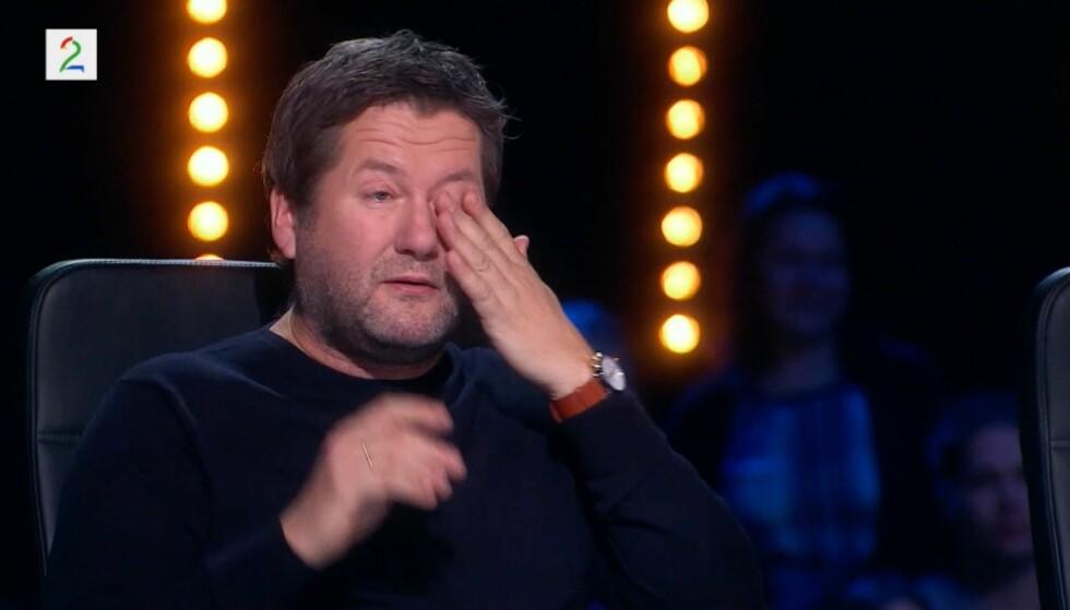 TÅREVÅTT: DDE-vokalist Bjarne Brøndbo må tørke tårene i sesongpremieren av «Norske Talenter». Foto: TV 2
