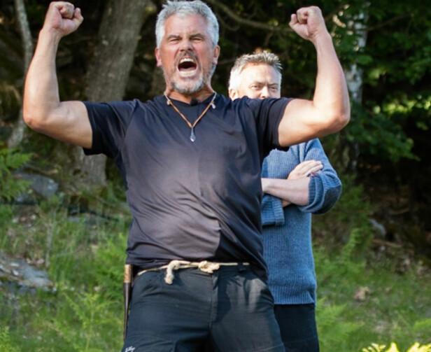 TAPTE: Barmen måtte se seg tapt i øksekast mot kompisen Jarl Goli etter det tredje kastet. FOTO: Alex Iversen / TV 2