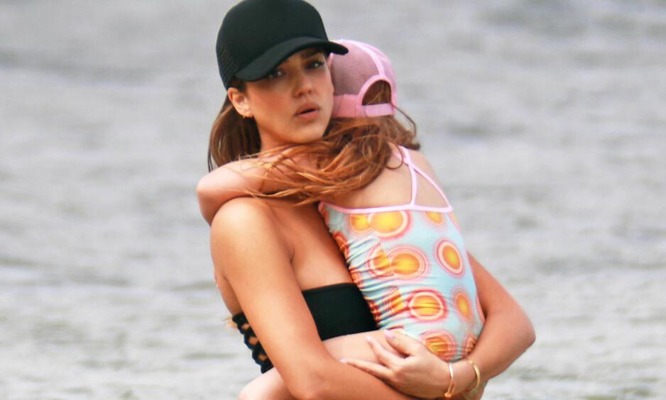 FAMILIETID: Skuespiller Jessica Alba har spilt i flere Hollywood-produksjoner, men trives aller best som småbarnsmamma. I anledning jul og nyttår koste hun seg med familien på Hawaii. Foto: Splash News / NTB Scanpix