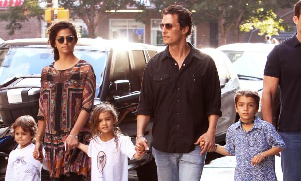 FAMILIE PÅ FEM: Matthew McConaughey og kona Camila Alves har barna Levi, Vida og Livingston sammen. FOTO: Said Elatab / Splash News/NTB Scanpix