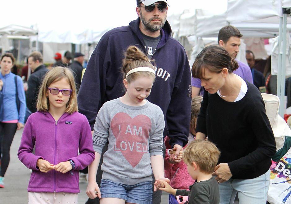 TRAVEL PAPPA: Ben Affleck har døtrene Seraphina (bak t.h.) og Violet (ytterst t.v.) og sønnen Samuel sammen med eksen Jennifer Garner (t.h.). Nå avslører filmstjernen at han opplever foreldrelivet som ambivalent. Foto: Broadimage Newswire / NTB scanpix