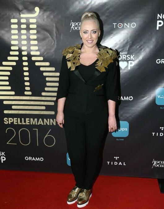 I GULL: Kveldens vertinne Mona B. Riise livet opp sin sorte buksedress med detaljer i gull. Foto: Audun Braastad / NTB scanpix