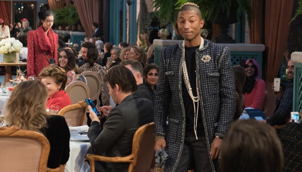 MODELL: Pharrell Williams er kjent som en moteløve, og i desember debuterte han som modell for Chanel i Paris. Foto: NTB scanpix