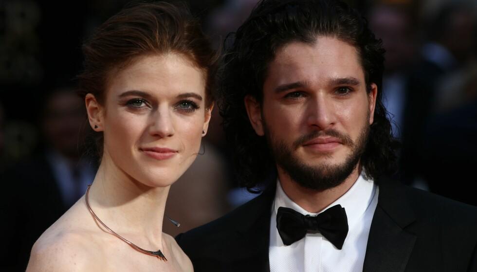 Her poserer Kit og Rose sammen på den røde løperen under Laurence Olivier Awards i London i april i fjor. Foto: NTB Scanpix.