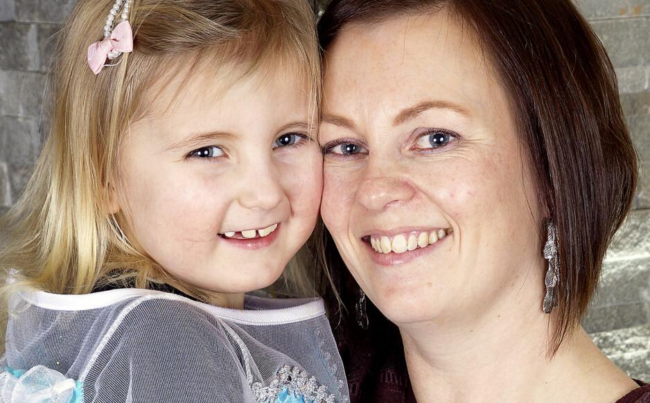 SUPER-NILLE: Pernille Gudbrandsen fra Ryfoss i Valdres går aldri lei av å høre den fantastiske historien om hvordan hun reddet livet til mamma Anne, bare fordi hun vokste inne i mammas mage. FOTO : SVEND AAGE MADSEN, Se og Hør