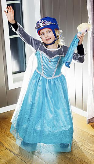 EPILEPSI: Det er definitivt ikke morsomt å gå rundt i prinsessekjole og vernehjelm med tiara, men for Pernille er det helt nødvendig. Hun plages av hyppige epilepsianfall som kommer uten forvarsel. FOTO : SVEND AAGE MADSEN, Se og Hør.