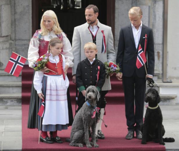 <strong>FAMILIEMEDLEMMER:</strong> Både Milly Kakao og Muffins Kråkebolle (t.h.) var til stede da kronprinsfamilien hilste barnetoget utenfor Skaugum i 2014. Foto: Lise Åserud / NTB scanpix