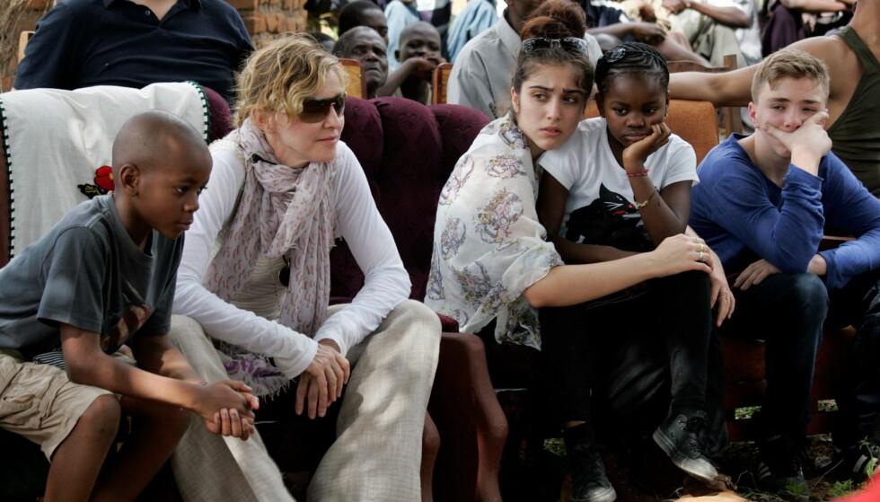 FAMILIEN SAMLET: Her er Madonna med sine fire barn, David Banda, Lourdes, Mercy James og Rocco på et besøk i Malawi våren 2013. FOTO: NTB Scanpix