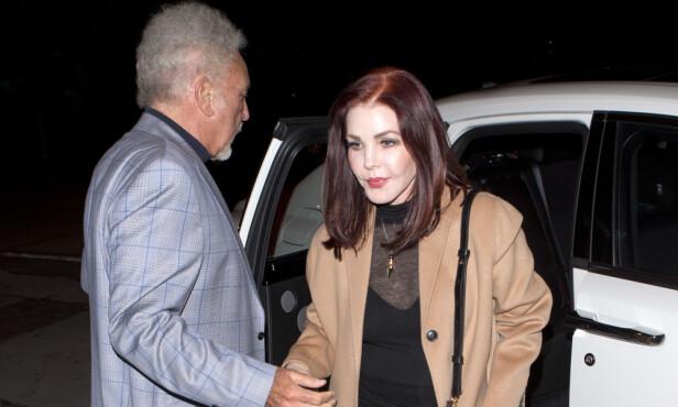 MIDDAG: Det var forrige måned duoen ble sett sammen på middag. Her hjelper Tom vakre Priscilla ut av bilen. Foto: NTB scanpix