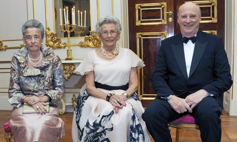 FYLLER 85 ÅR: Søndag 12. februar fyller prinsesse Astrid, fru Ferner (midten) 85 år. Her er hun avbildet i anledning 80-årsdagen sin i 2012, sammen med søster prinsesse Ragnhild, fru Lorentzen og bror kong Harald. Foto: Det kongelige hoff / Sven Gj. Gjeruldsen / NTB Scanpix