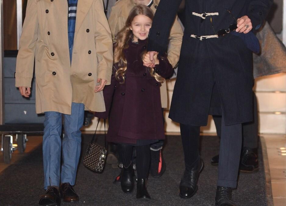 BLID: Det er ikke noe i veien for at Harper Beckham skal smile fra øre til øre. Her er nemlig femåringen med sin designerveske til 19 000 norske kroner. Foto: NTB Scanpix.