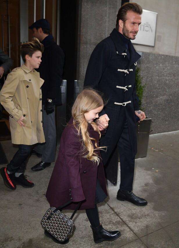 STILIG: Harper er en av de stiligste femåringene som finnes. Her holder hun pappa, David, trygt i hånden. Foto: NTB Scanpix.