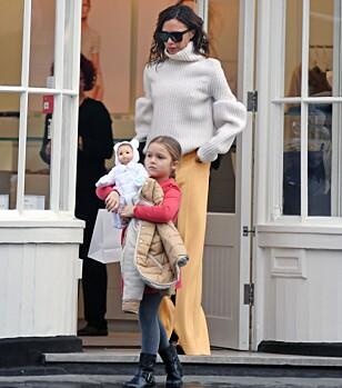 SHOPPEDILLA: Det kan se ut som at den sjarmerende femåringen har arvet morens shoppedilla. Her er de to sammen i London. Foto: NTB Scanpix.