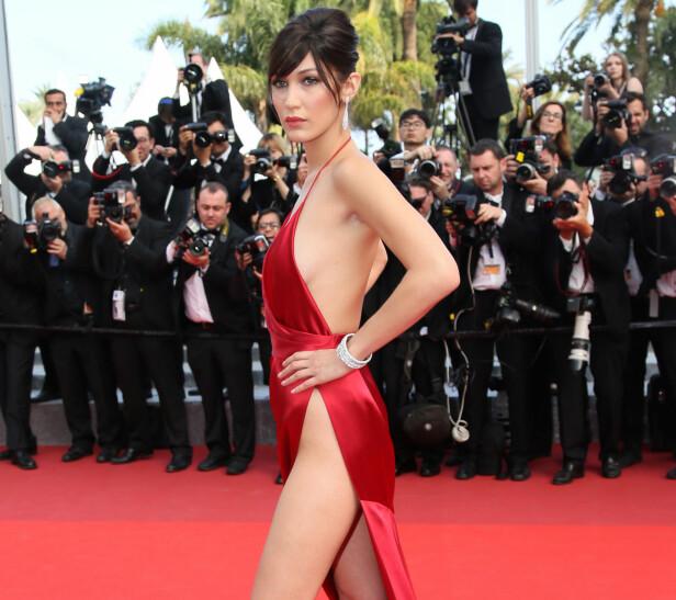 MYE OMTALT: Bella Hadid avbildet under fjorårets filmfestival i Cannes, hvor denne røde kreasjonen fikk mye oppmerksomhet. Foto: NTB Scanpix