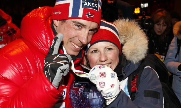 GOD STØTTE: Her blir han gratulert av kona etter medaljeseremonien i Ski-VM i Holmekollen 2011. Foto: NTB Scanpix.