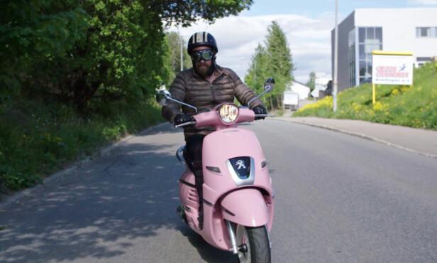 <strong>FORNØYD:</strong> På tross av at en rosa scooter kanskje ikke er noe for alle, virket Burøe fornøyd med overraskelsen fra kona. Foto: TV 2