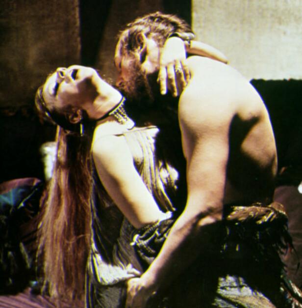 HETE SCENER: Helen Mirren og Liam Neeson sammen i «Excalibur» fra 1981. Foto: Mary Evans Picture/ NTB scanpix