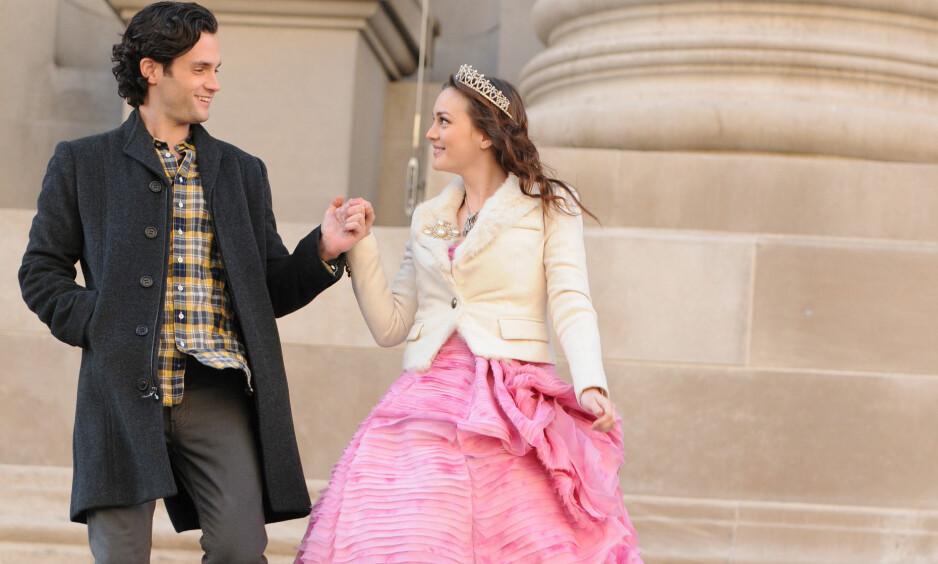 GIFTET SEG: Penn Badgley og Leighton Meesters rollefigurer i «Gossip Girl» hadde en periode et romantisk forhold. Nå har Penn giftet seg i virkeligheten. Her er kollegene avbildet sammen på innspillingssettet i New York i 2012. Foto: Darla Khazei/ AP/ NTB scanpix