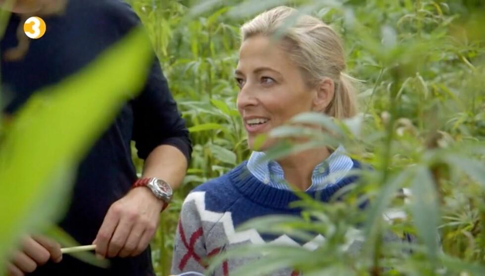 <strong>SKEPTISK:</strong> Jannecke Weeden sier til Seoghør.no at det føltes veldig rart å stå i cannabisåkeren, selv om Søren Wiuffs virksomhet er helt lovlig i Danmark. Foto: TV3&nbsp;