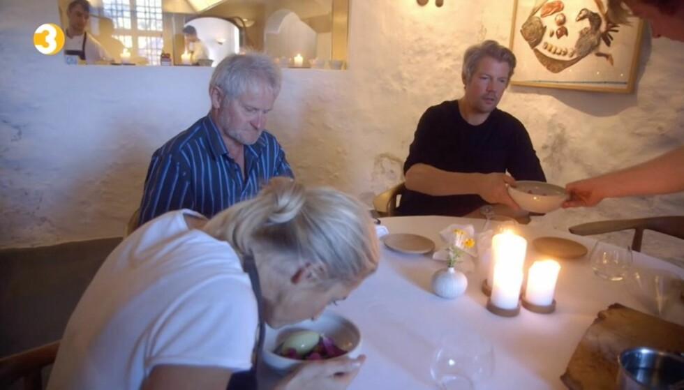 <strong>GOD IS:</strong> Jannecke Weeden, Søren Wiuff og Stian Floer blir servert Glaus Henriksens berømte cannabis-is på Dragsholm slott. Foto: TV3