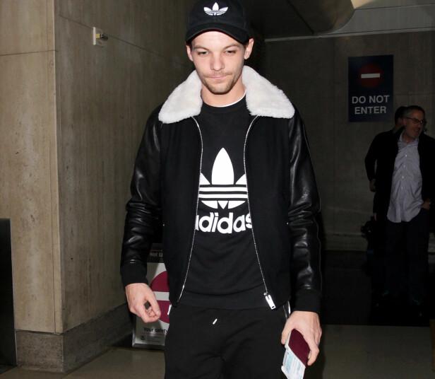 I TRØBBEL: One Direction-medlem Louis Tomlinson ble denne helga arrestert på LAX-flyplassen, etter å ha slengt en fotograf i bakken. Her er han på samme flyplass i januar. Foto: Shutterstock, NTB scanpix