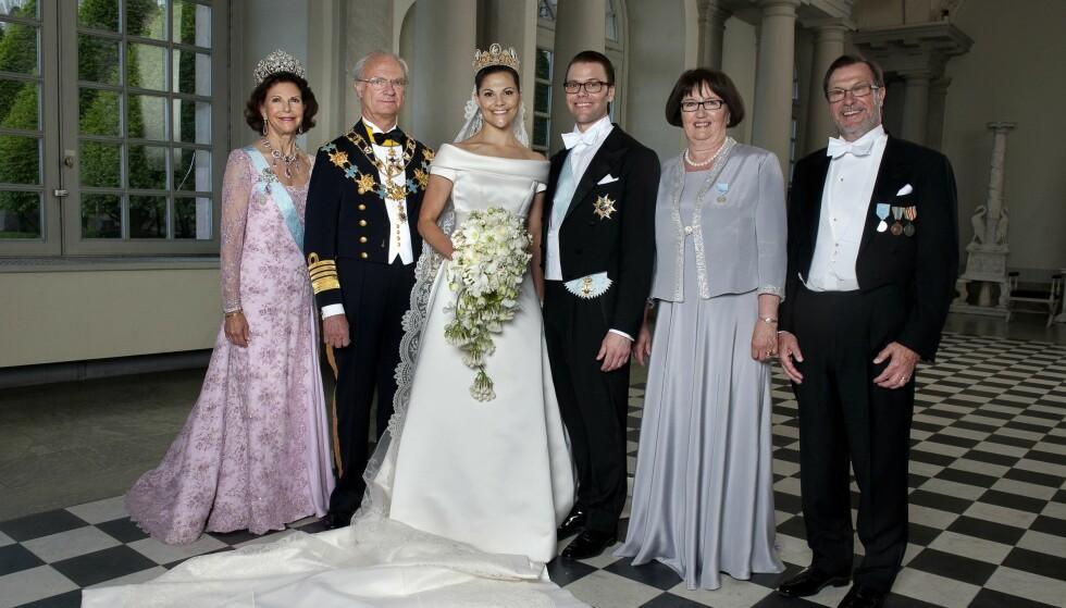 LIVREDDER: Uten nyren fra pappa Olle (ytterst til høyre) hadde kanskje ikke prins Daniel overlevd. Her fra bryllupet i 2010. Foto: NTB scanpix