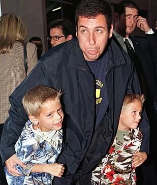 SAMME NUMMER SOM I 99: Adam Sandler med Cole og Dylan Sprouse. Foto: Fred Prouser / NTB Scanpix