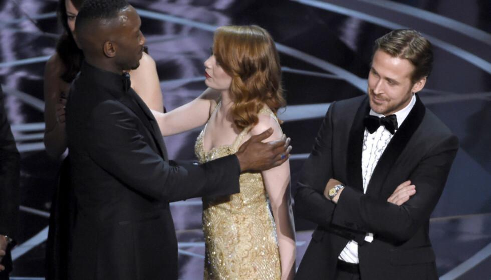 <strong>SKANDALE:</strong> Alt gikk ikke helt etter planen under årets Oscar-utdeling. Her har det akkurat blitt klart at «Moonlight» har vunnet prisen for årets beste film, ikke «La La Land», som først ble utropt. Ryan Gosling (t.h) ser ut til å ta det hele med knusende ro - og et smil. Foto: NTB Scanpix