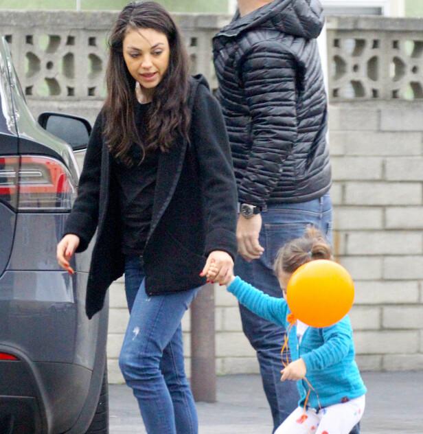 UT PÅ TUR: Mila leier datteren Wyatt med oransje ballong på vei inn på taco-restauranten på åpen gate. Foto: NTB scanpix