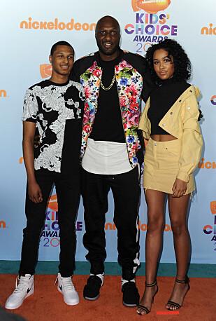 <strong>TOBARNSFAR:</strong> Her er Lamar med barna Lamar Jr. og Destiny, som han har fra et tidligere forhold, under årets Nickelodeon 2017 Kids Choice Awards. Foto: NTB Scanpix.