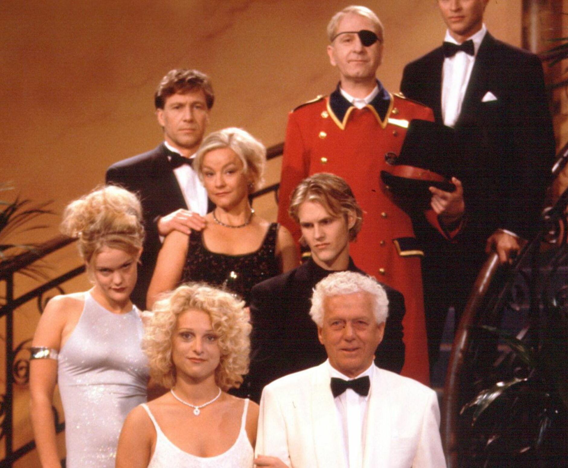 SUPERSTJERNER: Skuespillerne i Hotel Cæsar ble over natten rikskjendiser. Men for noen gikk det galt etter serien. Foto: Atle Bye