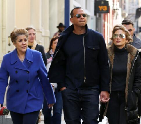 VIKTIG FOR MOREN: Jennifer Lopez, her med kjæresten Alex Rodriguez og sin mor Guadalupe (t.v.), forteller at hun lærte å elske Motown-musikken på grunn av moren. Foto: Splash News/ NTB scanpix
